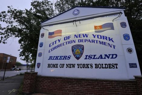 Entrada al complejo carcelario de Rikers Island. | Reuters