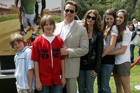 Schwarzenegger y Shriver con sus cuatro hijos en una foto de 2006. | Reuters