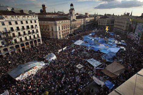 Vista general de la Puerta del Sol, donde miles de personas se han concentrado. | AP