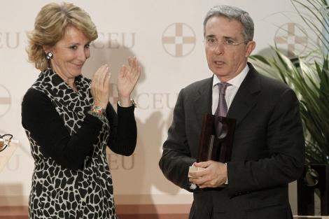 Álvaro Uribe recibe un premio del Observatorio de las Víctimas del terrorismo en Madrid.
