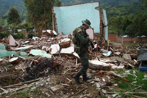 El soldado Juan Pablo Rendón busca entre los escombros dejados por una bomba de las FARC.   S. H-M.