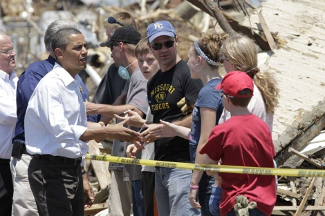 Obama saluda a una familia afectada por los tornados en Misuri.   AP
