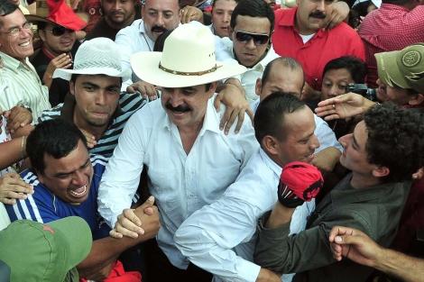 Zelaya arropado por miles de manifestantes en su llegada a Honduras. | Efe