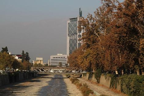 La Torre Baquedano con las montañas al fondo que no se ven por la contaminación.| J. Barreno