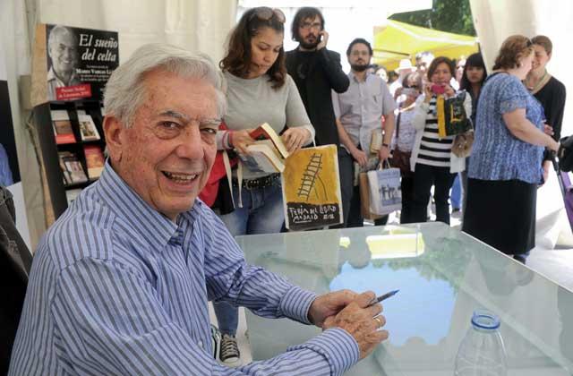 Mario VargasLlosa firma ejemplares de sus obras durante la Feria del Libro de Madrid. | Efe