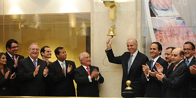 El ministro de economía de Perú, Ismael Benavides (d), hace sonar la campana de apertura de la Bolsa este lunes.   Efe