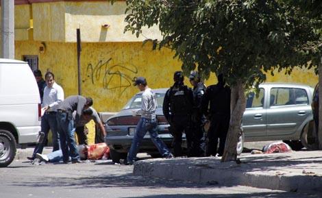 Los forenses levantan el cadáver del policía asesinado este martes. | Efe