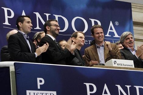 El equipo directivo este miércoles en la Bolsa de NY en el estreno de Pandora en el mercado. |AP