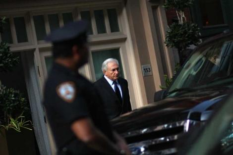 Strauss-Kahn abandona su piso en Nueva York bajo la mirada de la Policía. | AFP