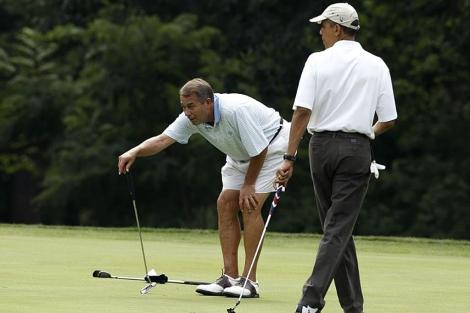 Obama y el presidente de la Cámara de Representantes en el primer green del campo. | Reuters