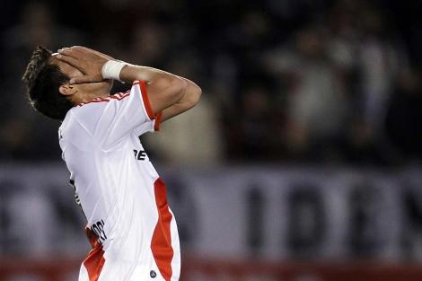 Rogelio Funes Mori de River Plate se lamenta tras la derrota. | Efe