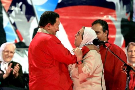 Chávez saluda a Hebe de Bonafini durante su visita a Buenos Aires.   Efe