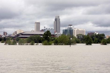 Las inundaciones fuerzan la evacuación de miles de personas.   Reuters