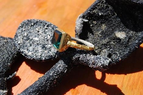 Anillo de oro con una esmeralda valorado en 500.000 dólares.   Efe
