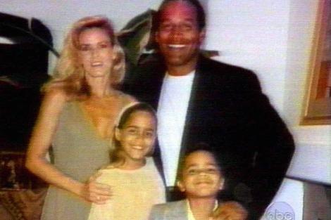 Fioto de archivo de Simpson con su ex esposa y sus hijos. | Ap