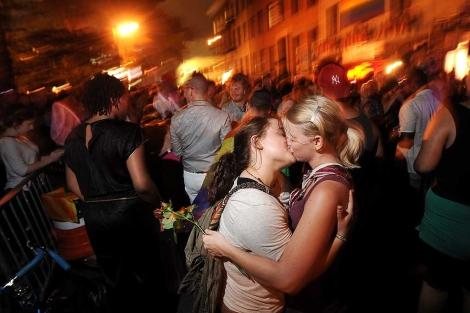 Una pareja de lesbianas celebran la norma aprobada por el Senado. | Efe