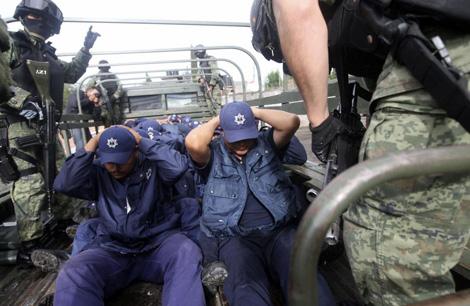 Varios policías detenidos la semana pasada en Michoacán por sus nexos con el 'narco'. | Reuters