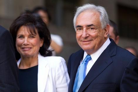 Strauss-Kahn y su mujer salen del tribunal. | AFP
