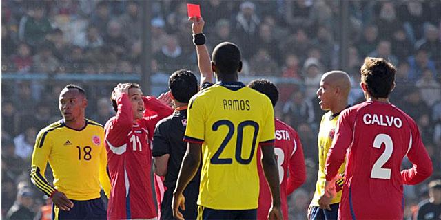 El árbitro Enrique Osses muestra la tarjeta roja al jugador de Costa Rica Brenes. | Reuters