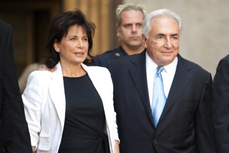 Strauss-Kahn y su mujer a la salida de la Corte el viernes. | AFP