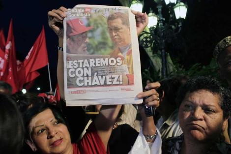 Varios venezolanos le manifiestan su apoyo a Hugo Chávez. | AP
