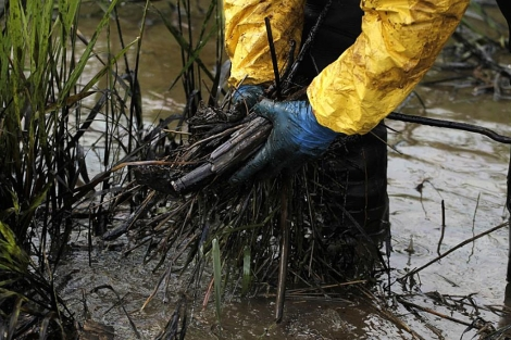 Trabajos de limpieza en el río Yellowstone en Laurel, Montana | AP