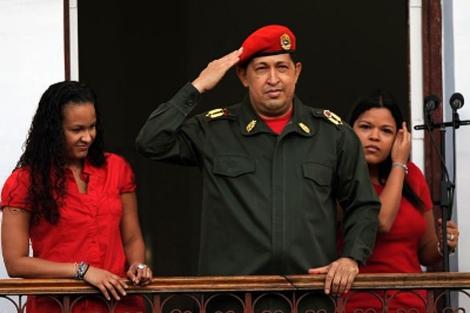 Chávez junto a sus hijas en el palacio de Miraflores.   AFP