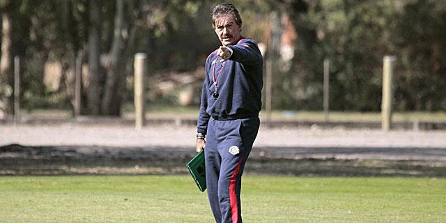 Ricardo LaVolpe da indicaciones durante un entrenamiento. | Reuters