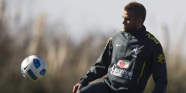 Daniel Alves juega con el balón durante un entrenamiento en Argentina. | AP