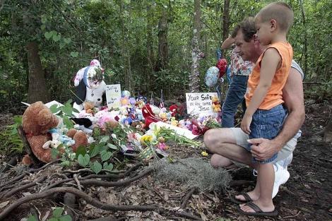 Un hombre y su hijo visitan el lugar donde fue encontrado el cadáver de Caylee Anthony. | AP