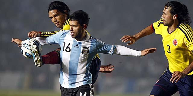 Sergio Agüero lucha con Radamel Falcao y Mario Yepes por la pelota.   Ap