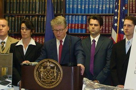 El fiscal de Manhattan, Cyrus Vance, y sus asistentes, a los que se acusa de las filtraciones. | Efe