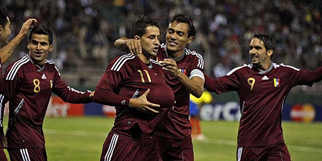 El jugador venezolano Cesar Gonzalez celebra con sus compañeros el gol de Venezuela. | AP
