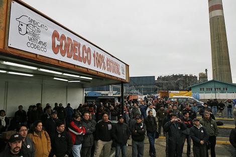 Trabajadores de Codelco protestan frente a la mina en Chile.   Reuters