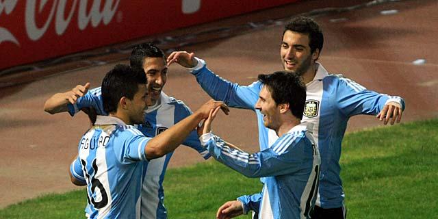 Messi, Higuaín, Agüero celebran el gol de Di María. | Ap