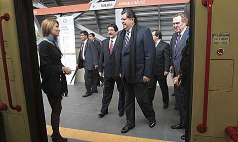 Alan García aborda el recién inaugurado tren eléctrico. | Reuters