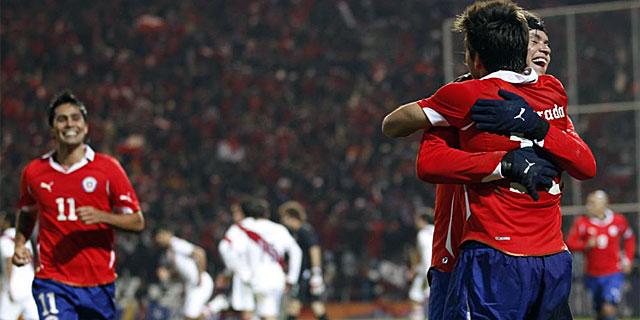 Los jugadores chilenos celebran el único gol del partido. | AP