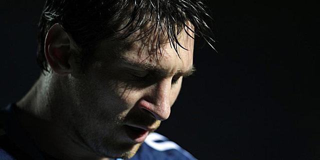 Lionel Messi abandona el terreno de juego después de que su equipo perdiera contra Uruguay. I AP