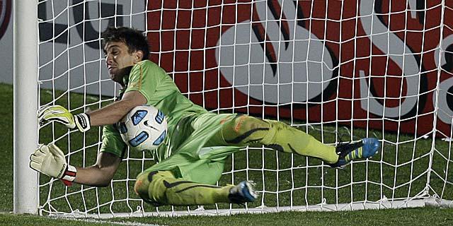 El portero de Uruguay, Fernando Muslera, para el penalti lanzado por Tevez. | AP