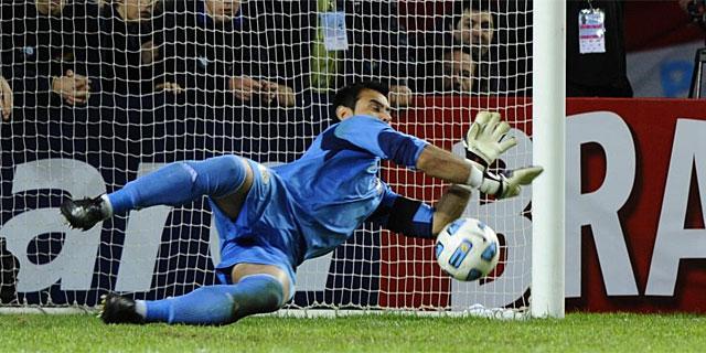 Justo Villar detiene el penalti lanzado por Thiago Silva. | Afp