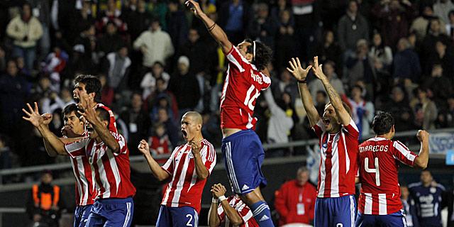 Los jugadores paraguayos celebran uno de los goles durante la tanda de penaltis contra Brasil. I AP