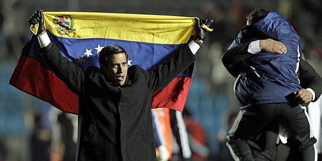El técnico venezolano César Farías celebra el triunfo de la 'vinotinto'. I AP