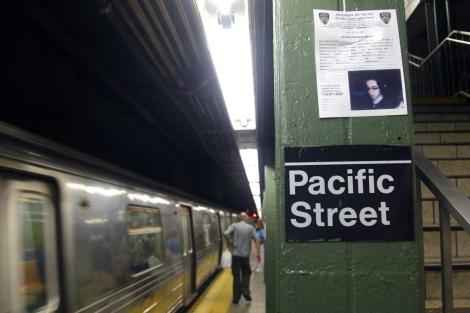 Un anuncio con el rostro Leiby Kletzky colocado en una estación de metro en Nueva York.   AP