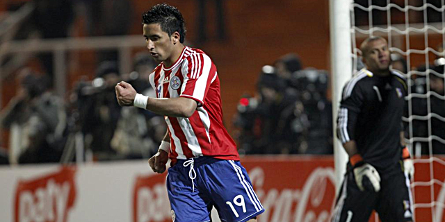 Lucas Barrios celebra el penalti anotado frente a Venezuela. | Ap