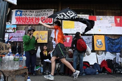 Estudiantes chilenos corren 1.800 horas para manifestarse por una mejor educación. | Efe