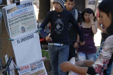 La portada en blanco de 'El Universo' en un quiosco de venta de periódicos en Quito. | Efe