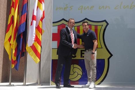 Alexis Sánchez (d) saluda al presidente del Barcelona, Sandro Rosell. | AP