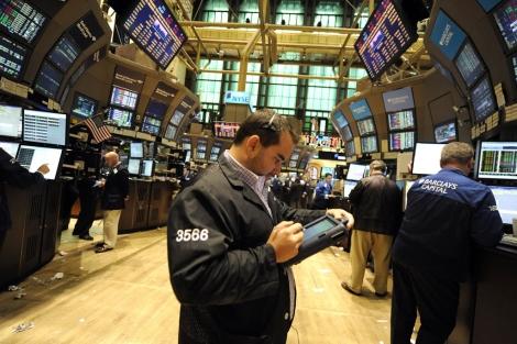 Un inversor trabajando, la semana pasada, en Wall Street. | Efe