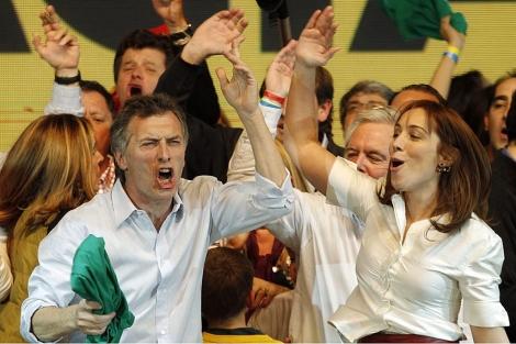 Mauricio Macri celebra su victoria junto a su candidata a vice, María Eugenia Vidal. | Efe