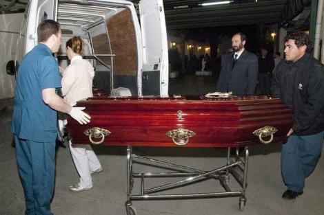 El ataúd con los restos de Cassandre Bouvier es colocado dentro de un vehículo en Salta. | Reuters